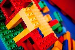 Дом Lego под конструкцией с цветами стоковые изображения