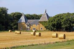 Дом Oast и связки сена Стоковые Фото