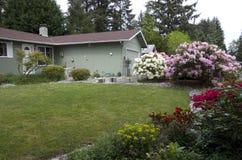 Дом Rambler в Сиэтл с славным двором стоковое изображение rf