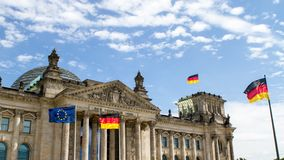 Дом Reichstag немецкого парламента в Берлине сток-видео