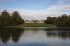 Дом Stowe от банка озера восьмиугольник стоковая фотография