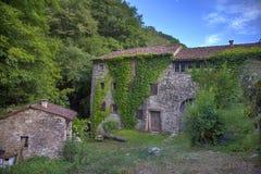 Дом Waterwheel каменный в forrest Италии Стоковое Изображение RF