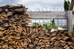 Дом, woodpile, древесина огня, хранение Стоковые Изображения RF