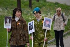 Донецк, Украина - 9-ое мая 2017: Женщины участвуя в полке шествия бессмертном с портретами Стоковое Фото