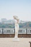 Донецк, Украина, 3-ье ноября 2015: Парк назван после старого a S Скульптура Scherbakova девушки с кувшином Стоковое Фото