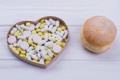 Донут и в форме сердц коробка с таблетками стоковые изображения