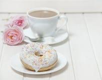 Донут и чашек чаю Стоковое Изображение