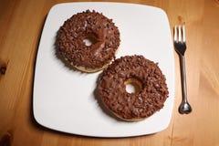 Донут кольца шоколада на плите и деревянном столе стоковое изображение rf