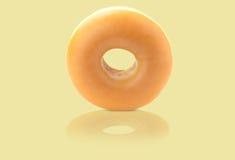 Донут миндалин заполненный заварным кремом на cream предпосылке Стоковое Фото
