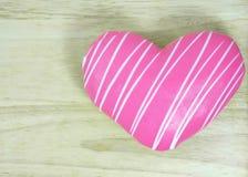 Донут сердца на деревянной таблице Стоковые Фотографии RF