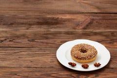 Донут с замороженностью и гайками шоколада Стоковая Фотография RF