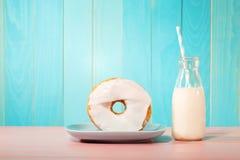 Донут с молоком на пастельной предпосылке Стоковая Фотография RF