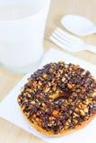 Донут с отбензиниванием карамельки, арахиса и шоколада стоковые изображения rf