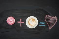 Донут с розовой поливой и чашка кофе на черной поверхности donuts и концепция кофе Стоковая Фотография RF