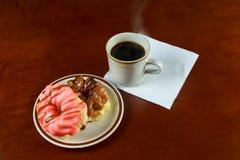 Донут чашки кофе и шоколада Вкусный завтрак на woodtable Стоковое Изображение RF