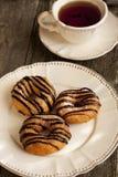 Донут чашки чаю и шоколада на деревянном столе Стоковая Фотография