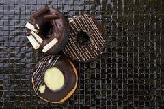 Донут шоколада на черной плитке Стоковое Изображение RF