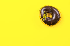 Донут шоколада круглый на желтой предпосылке Плоское положение, взгляд сверху Стоковые Изображения RF