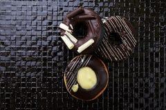 Донут шоколада на черной плитке Стоковые Фотографии RF
