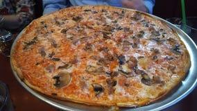 Дополнительная большая пицца с сосиской и грибами Стоковая Фотография RF