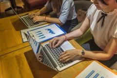 Дополнительное время работника дела работая на компьтер-книжке Стоковые Фотографии RF