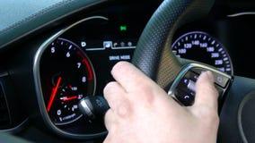 Дополнительный большой экран с регулирующими приборами автомобиля сток-видео