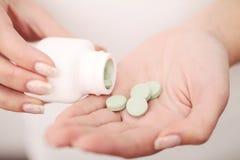дополняет витамины Крупный план рук женщины держа разнообразие красочных пилюлек витамина Пригорошня конца-вверх лекарства, Medic Стоковое фото RF