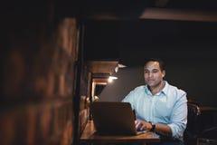 Дополнительное время африканского бизнесмена работая в офисе Стоковые Изображения RF