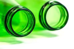 Дополнительный крупный план зеленых бутылок положенных вниз на белую предпосылку Стоковая Фотография RF