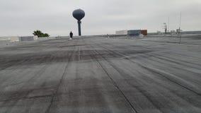Доработанная плоская крыша; коммерчески толь и roofer Стоковая Фотография RF