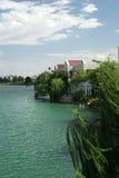 дорогая прибрежная полоса озера домов роскошная Стоковые Фото