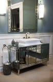 Дорогая раковина ванной комнаты и отраженный шкаф Стоковые Изображения