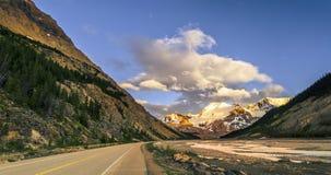 Дорога асфальта в горах, около реки с утесами и roc стоковая фотография rf