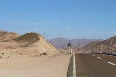 Дорога асфальта в египетской пустыне стоковое изображение