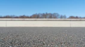 Дорога асфальта загородки предпосылки конспекта конкретная с запачканной предпосылкой стоковое изображение