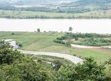 Дорога асфальта кривой вдоль большого реки Стоковое Изображение RF