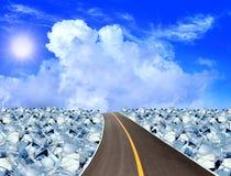 Дорога асфальта, кубики льда в голубом небе стоковое фото rf