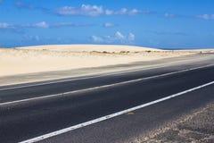 Дорога асфальта побережья Восход солнца на пальто асфальта, фото макроса дороги Путь пляжа хайвей Испания стоковые фото