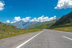 Дорога асфальта среди гор Стоковое Изображение
