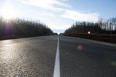 Дорога асфальта с маркировками и солнечным светом Стоковые Фото