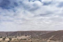 Дорога асфальта через каньоны Namibe С опорами линии электропередач вышесказанного anisette стоковые фотографии rf