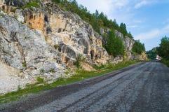 Дорога асфальта вдоль скалистых гор Стоковое Изображение
