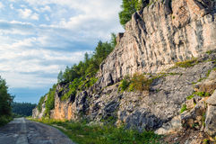 Дорога асфальта вдоль скалистых гор Стоковая Фотография RF