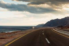 Дорога асфальта в пустыне Dahab, Египте стоковая фотография