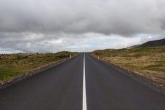 Дорога асфальта Исландии водя прямо к стоковое фото