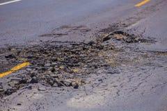 Дорога асфальта повреждения конкретная стоковое изображение