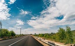 Дорога асфальта среди ландшафта природы лета, концепции путешествием перемещения стоковое изображение
