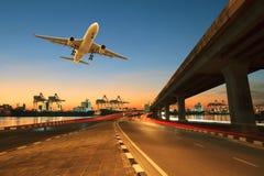 Дорога, бег перешейка в порт корабля и коммерчески транспортный самолет Стоковая Фотография RF