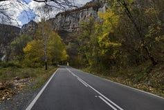 Дорога близко пышным Lakatnik трясет полностью высоту, дефиле реки Iskar Стоковые Изображения RF