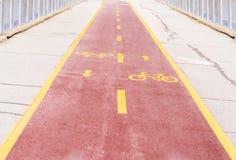 Дорога велосипеда с желтыми знаками Стоковые Изображения RF
